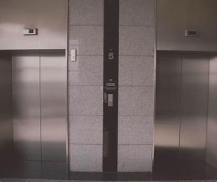 La obligación de los locales a contribuir a los gastos de adaptación del ascensor