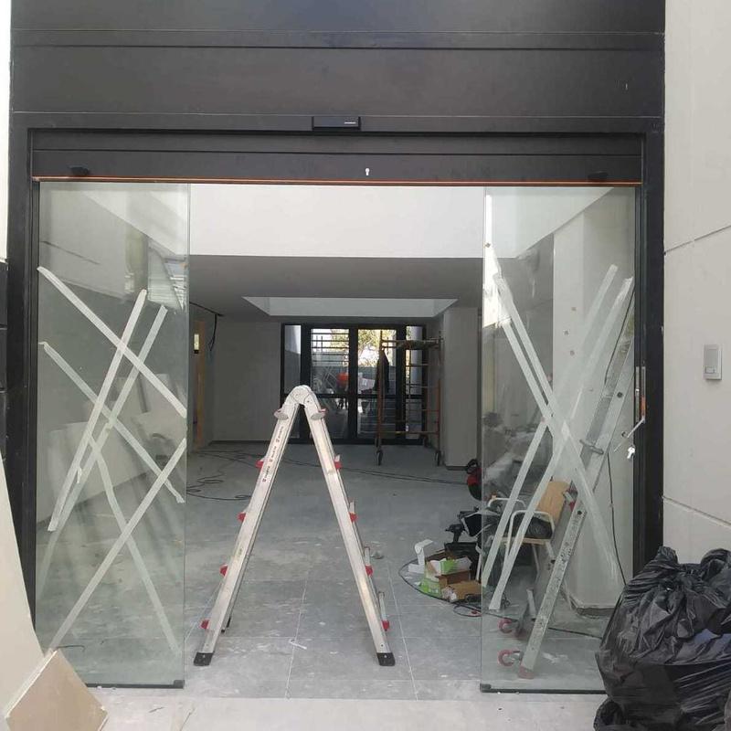 Puerta corredera con persiana integrada