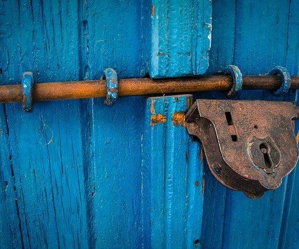 La tranquilidad de una puerta de seguridad en viviendas con niños