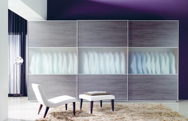 COD38. Amplio vestidor con puertas correderas de color natural combinadas con cristal. Diseño moderno y elegante. Acabados de alta calidad. Situado en La Verneda.