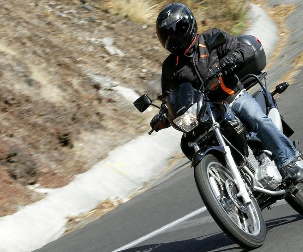 ¿Cómo se debe vestir en la moto en verano?