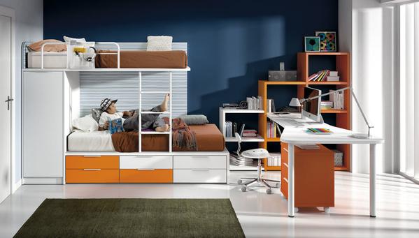 Habitacion juvenil con mesa para estudio blanca. Litera moderna de 2 camas y estanterias a juego. Paseo de Grácia