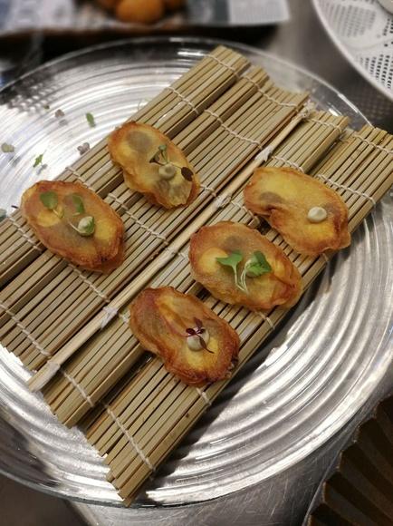 Canape de patata mona lisa en pure de trufa negra y alcaparras