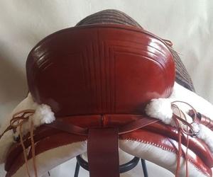 Silla de montar vaquera asiento profundo en color cereza