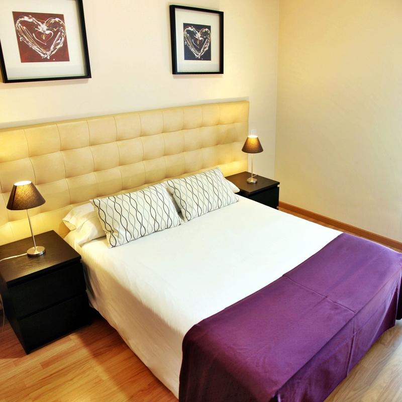 Habitación con cama de 135cm, dotada de televisión y un práctico balcón