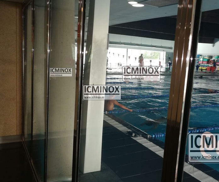 Cerramiento de piscina cubierta.Fijo con divisiones de acero inoxidable de calidad Aisi 316