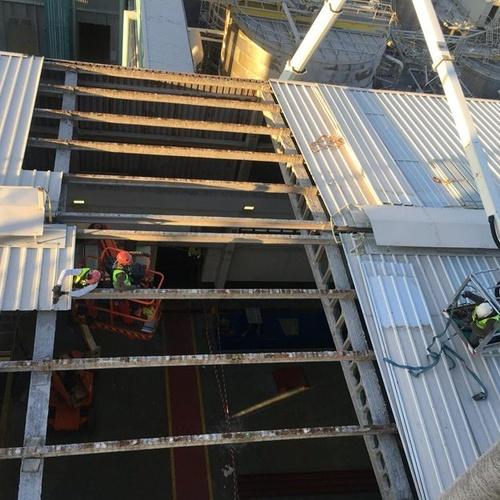 Desmontaje de cubierta metálica en Ence Pontevedra