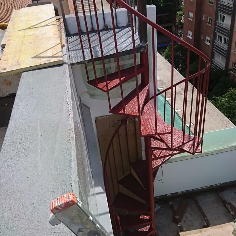 Escalera de caracol con peldaños de chapa estampada: Trabajos de Cerrajería Alberto Bautista
