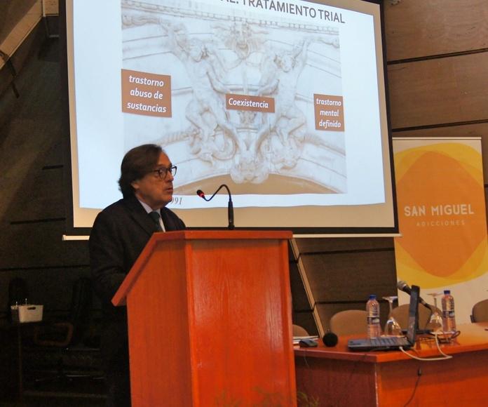 El Dr. Cecilio Álamo González durante su ponencia.
