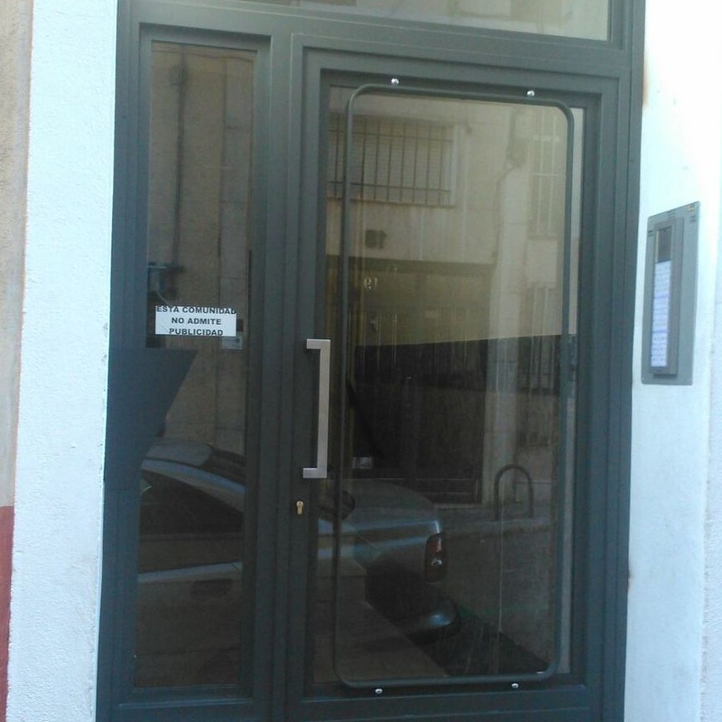 Puertas de comunidad: Servicios y Productos de Cerrajería Avelino Izquierdo, S.L.