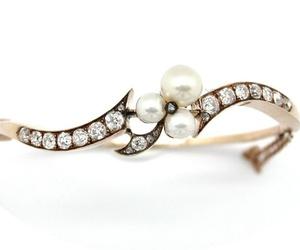 Pulsera rígida realizada en oro de 18k con diamantes talla antigua y perlas cultivadas. VENDIDA