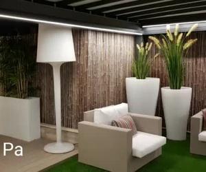 Terraza con plantas y árboles artificiales en Valencia