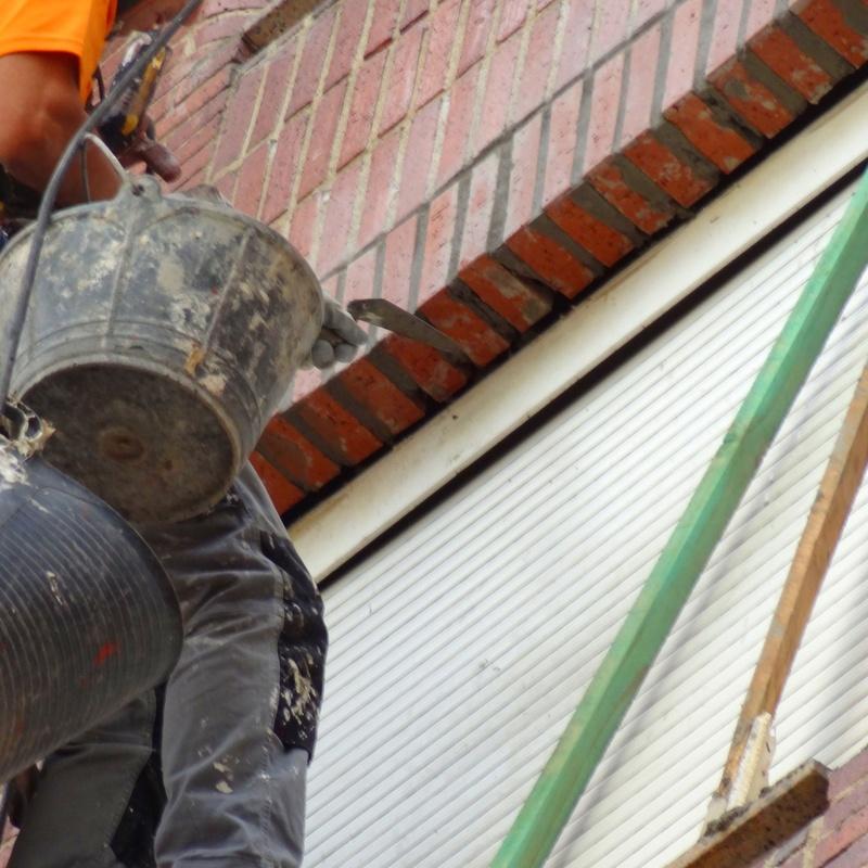 Reparación de ladrillo caravista. Trabajos verticales en Torrelavega-Santander.