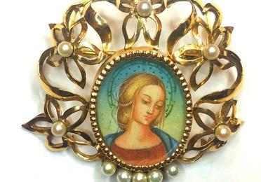 Broche Madonna sobre marfil.