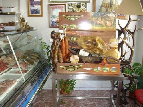 Expositor en nuestra carnicería con productos de la tierra