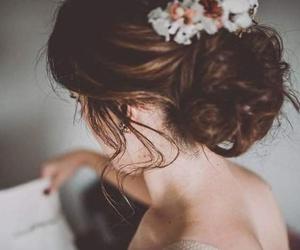 Recogido de novia informal con detalle floral