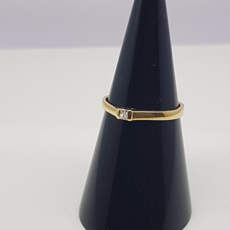 Solitario oro amarillo y diamante talla princesa 0.06 Cts.