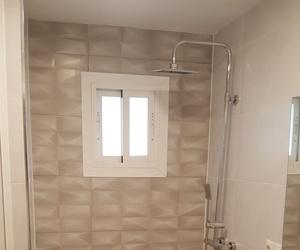 cuarto de baño en blanco y crema con relieve