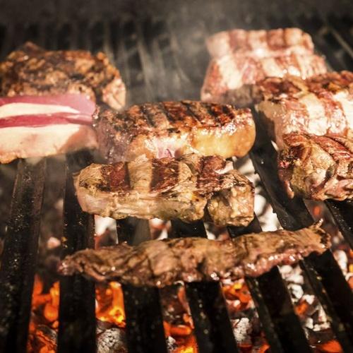 Restaurante especializado en carnes a la brasa en Tomelloso