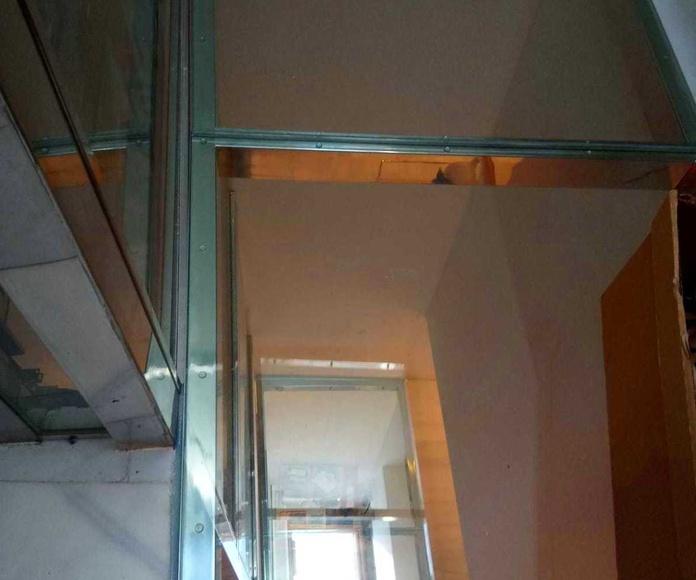 Suelo pisable de acero inoxidable y vidrio diseñado y fabricado a medida para establecimiento público.