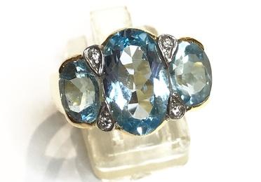 Sortija con topacios azules y brillantes.
