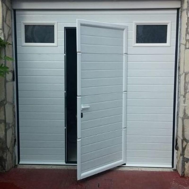 Puerta seccional con puerta peatonal y ventanas