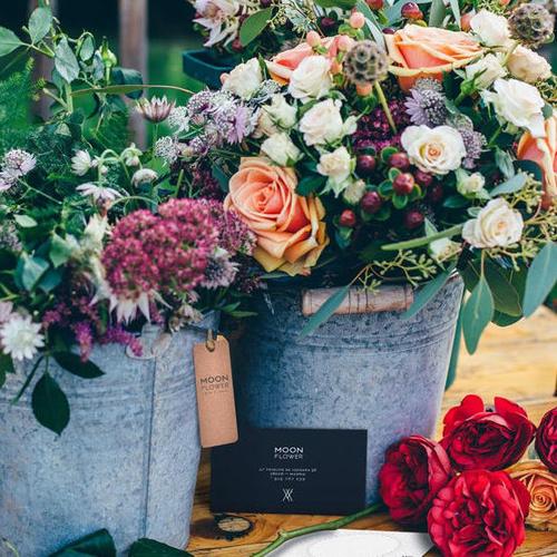 Latas con flores