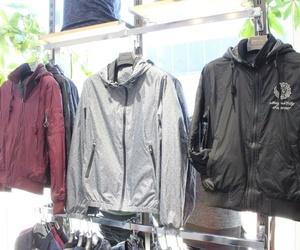 Amplia variedad de chaquetas, sudaderas y abrigos