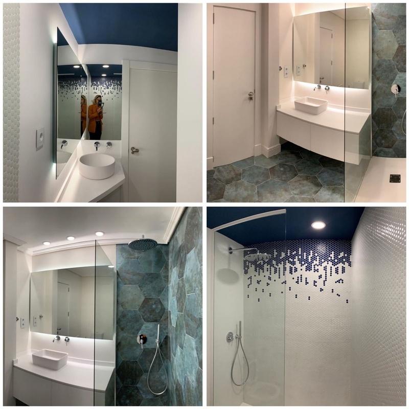 Espejos retroiluminados y mamparas de ducha con fijos de vidrio templado.Cristaleria Formas
