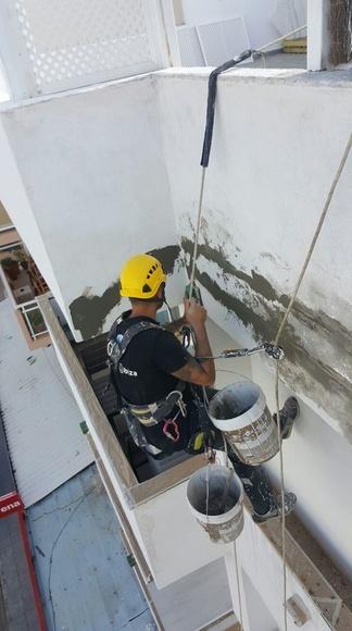 Trabajos de albañileria en fachada, con mortero clase R4