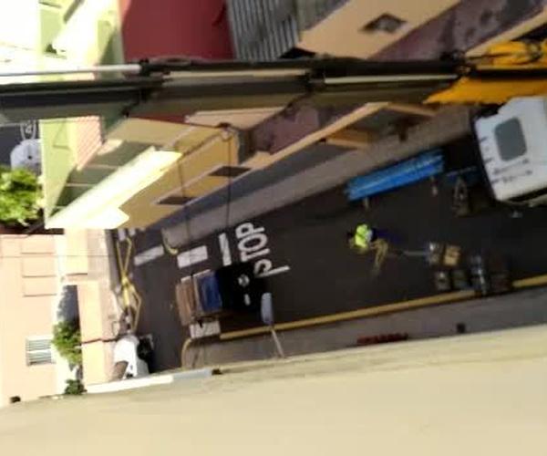 Camión grúa subiendo andamios eléctricos para su posterior montaje