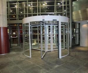 Puerta automática giratoria