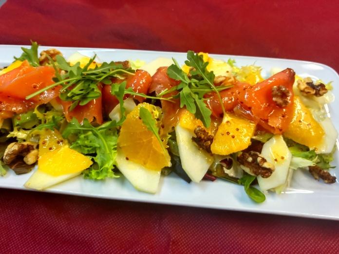 Ensalada de temporada con fruta,salmòn y nueces