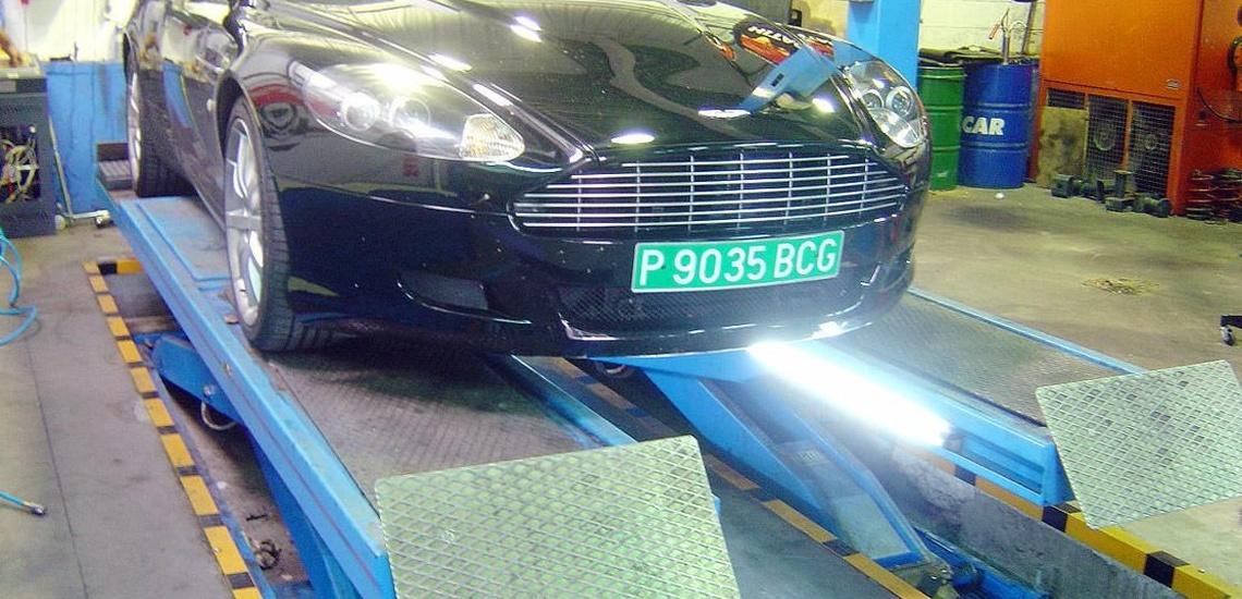 Taller mecánico multimarca en Oviedo reparando el vehículo periódicamente