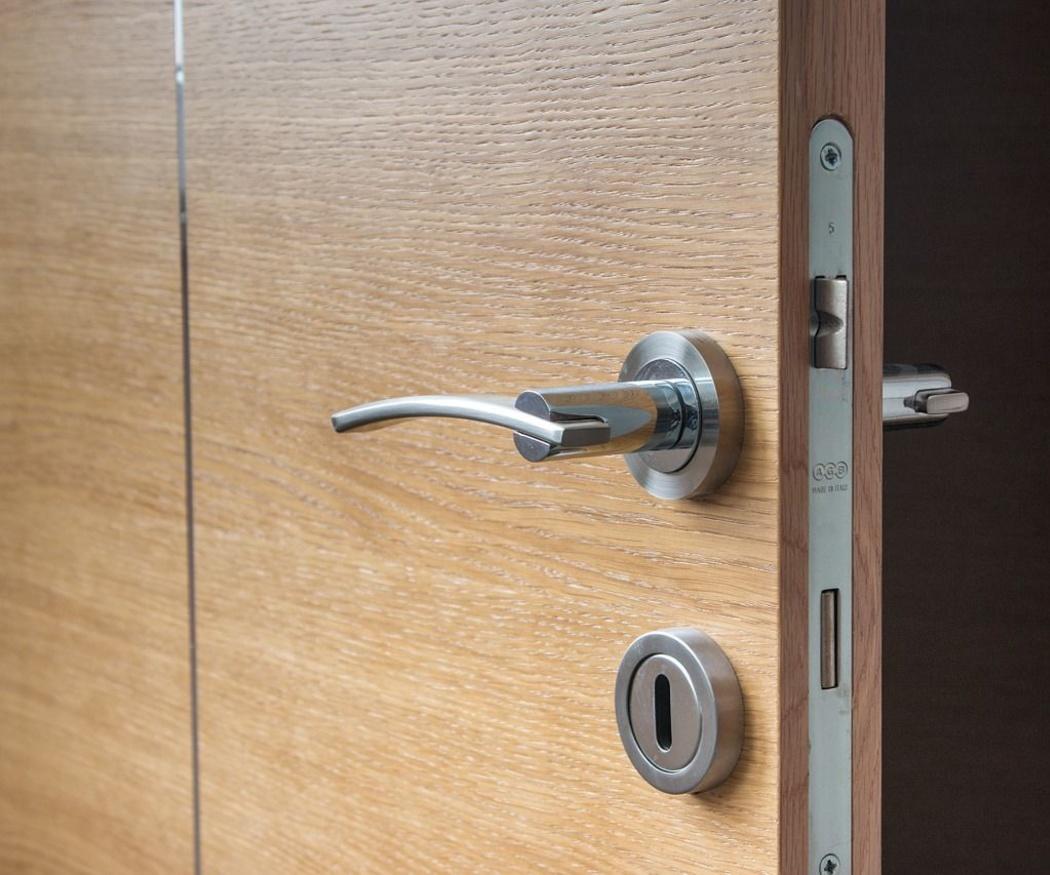 ¿Qué ahuyenta más a los ladrones, el tipo de puerta o la cerradura?
