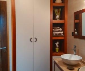Muebles de baño combinados en cerezo y blanco cuero