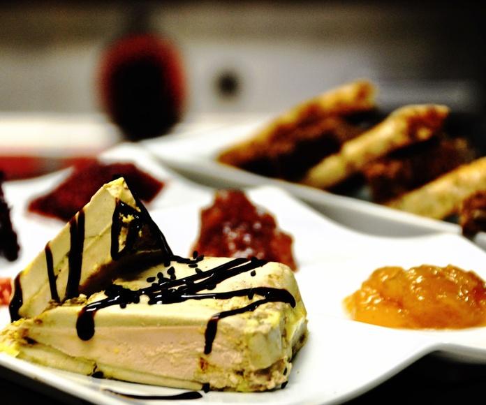 Terrina casera de foie Valle de Aspe y mango, con panecillos panadero y confituras artesanas.