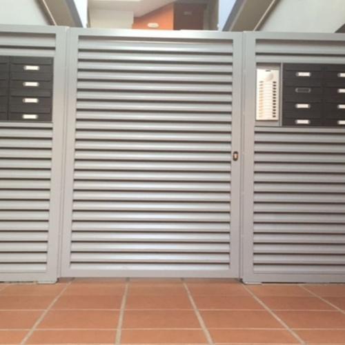 Puerta para comunidad de vecinos en terrassa Barcelona