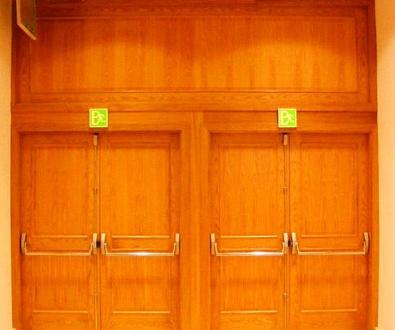 Puertas cortafuegos batientes de madera en Valencia/Farem Puertas Automáticas