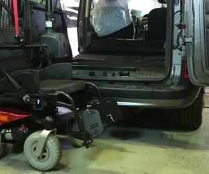 Cabal Automoción Bosch Car Service. Grúa Carolift 6000 levanta hasta 180 kg. cómodamente.