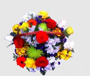 cesta con rosas multicolor