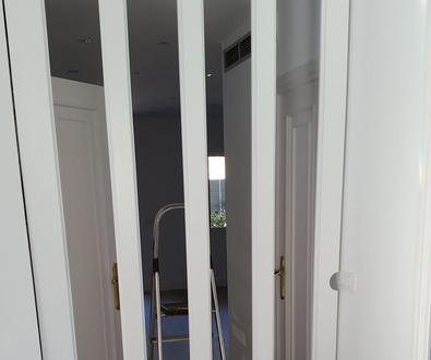 Puerta corredera lacada en blanco con cristal.