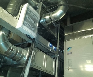Sala de máquinas con sistema de ventilación con recuperación de calor y equipos de climatizacíon DAIKIN.
