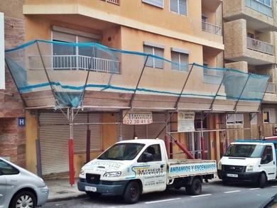 Marquesina de protección para rehabilitación de edificio. C/ Príncipes de España. El Médano.