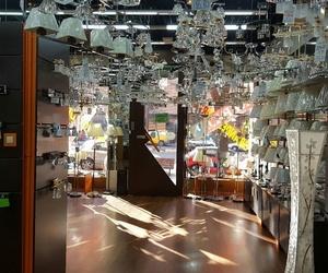 Gran número de lámparas en exposición