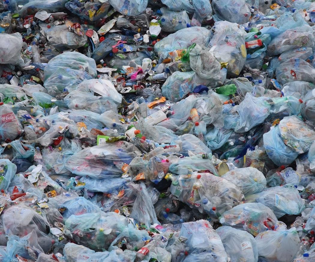 Plásticos en el agua: ¿Es segura el agua que bebemos?