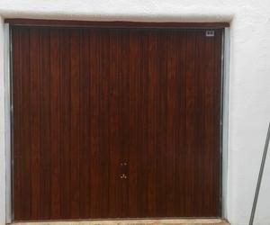 Puerta basculante de muelles desbordante imitación madera en Puzol Valencia