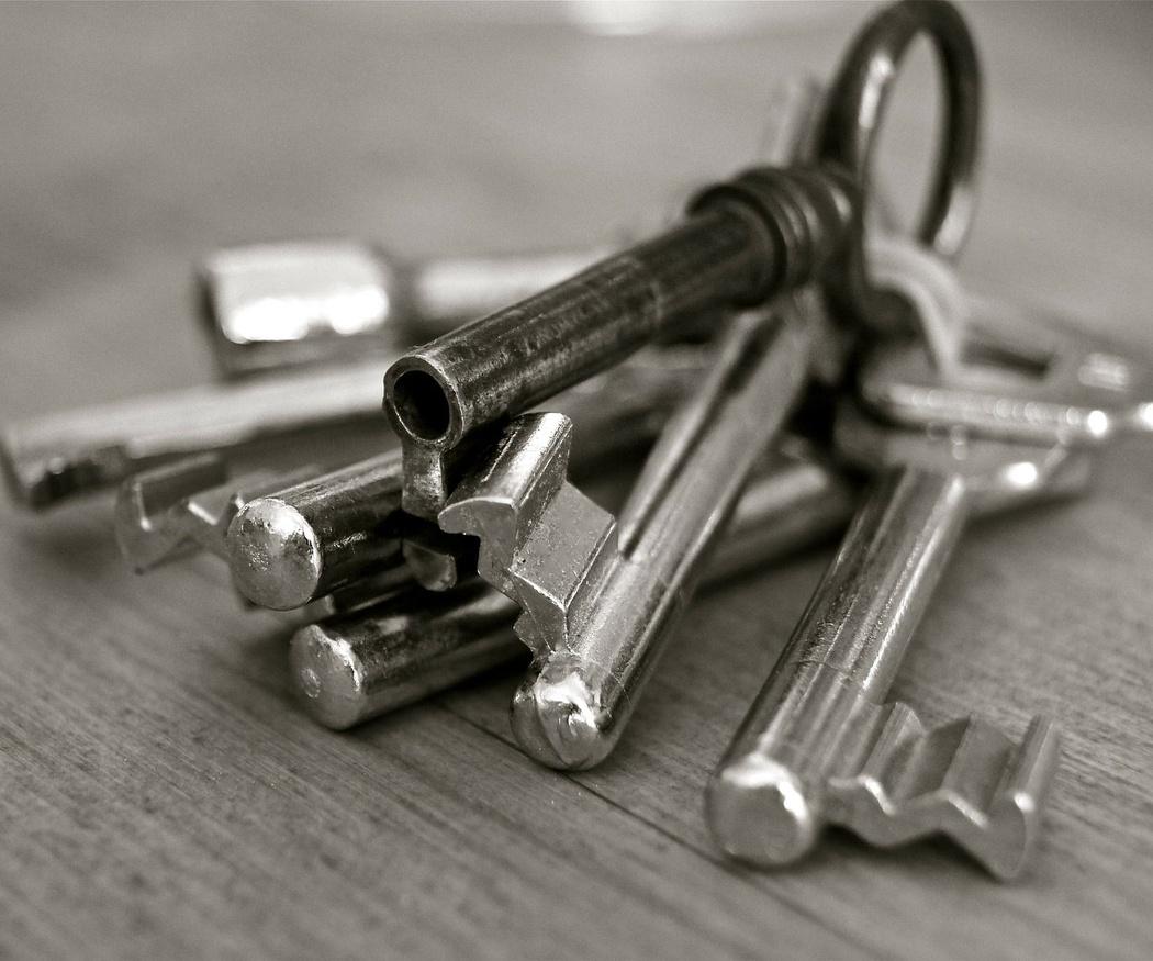 Tipos de cerraduras de puertas metálicas