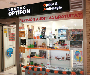 Escaparate CENTRO OPTIFON. Centro óptico y auditivo en Madrid