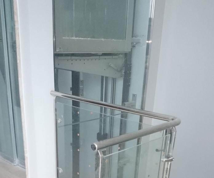 Barandilla de acero inoxidable y vidrio montada en comunidad de apartamentos..